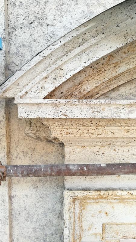 Dettaglio cornice in travertino curva dopo il Restauro
