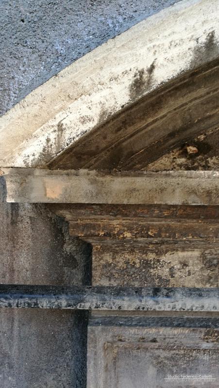 Dettaglio cornice in travertino curva