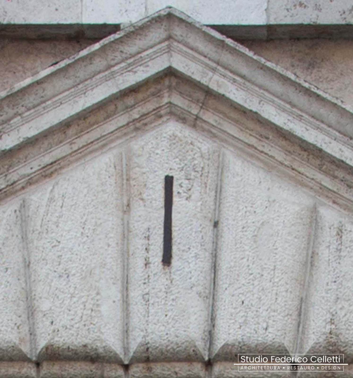 Dettaglio Frontone portone dopo il Restauro