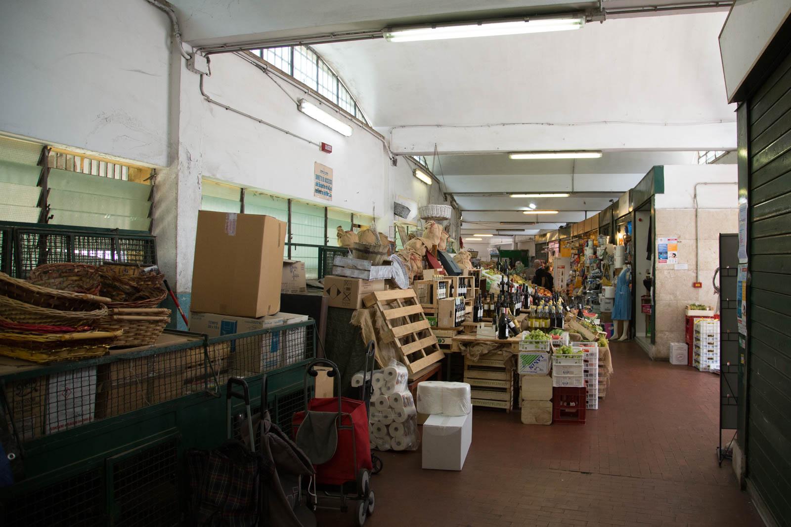 Mercato Montesacro interno corridoio di vendita prima dei lavori