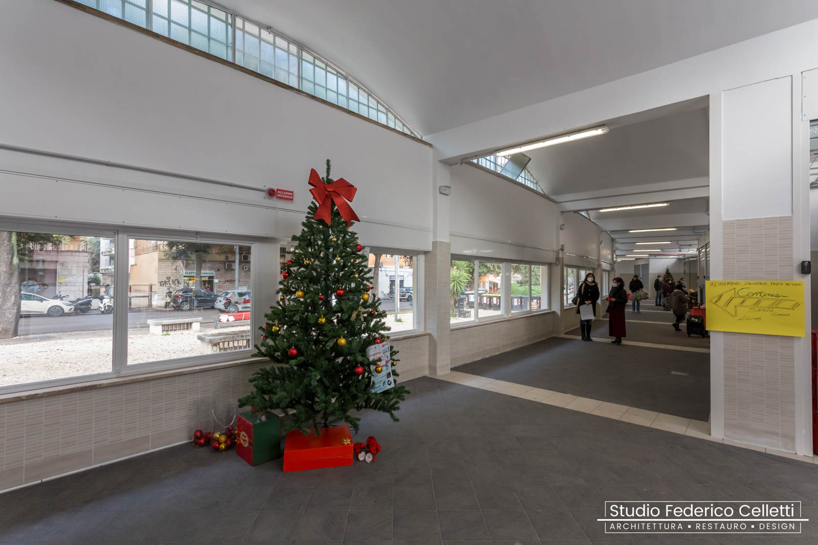 Mercato Montesacro interno corridoio di vendita dopo i lavori buon natale